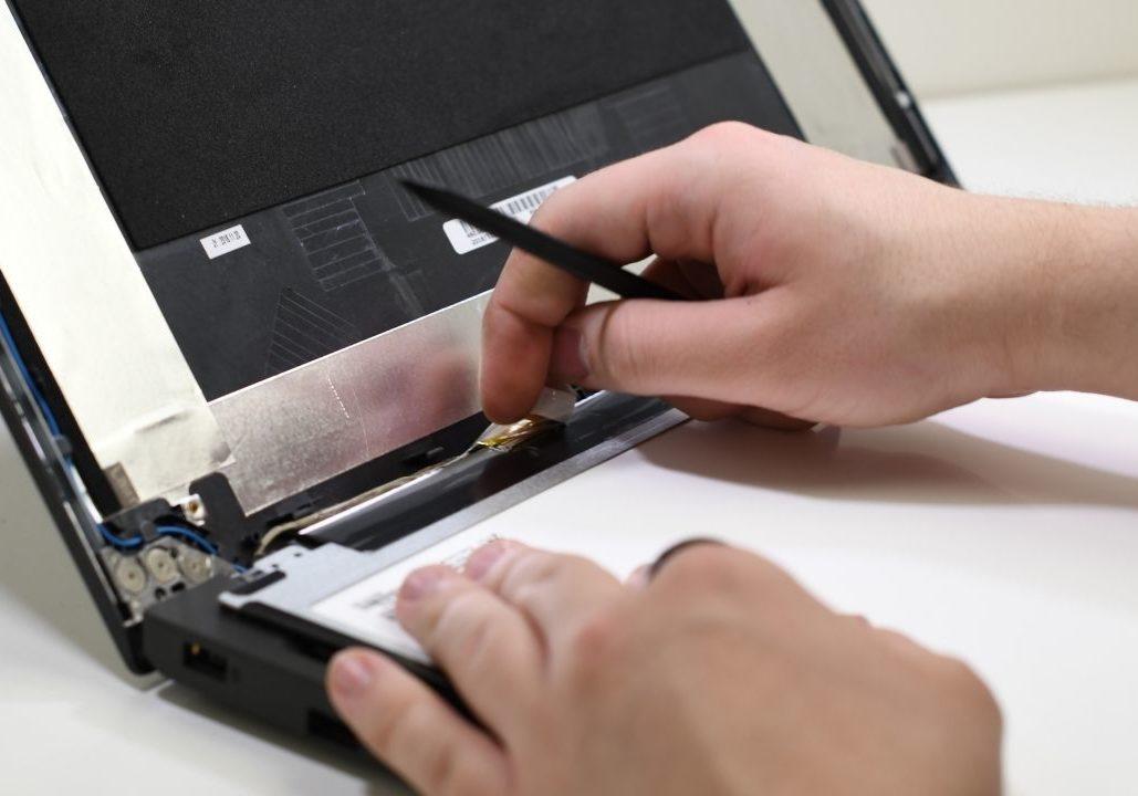 Kannettavan tietokoneen näytön vaihto, päivitys ja huolto