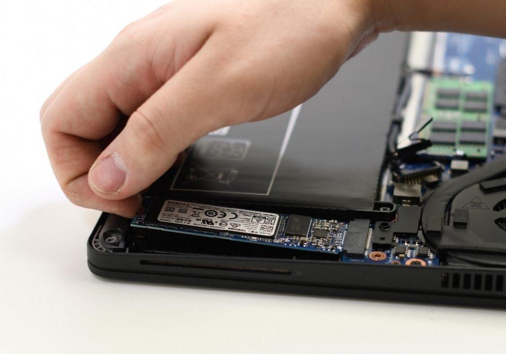 M2 SSD kannettava asennus